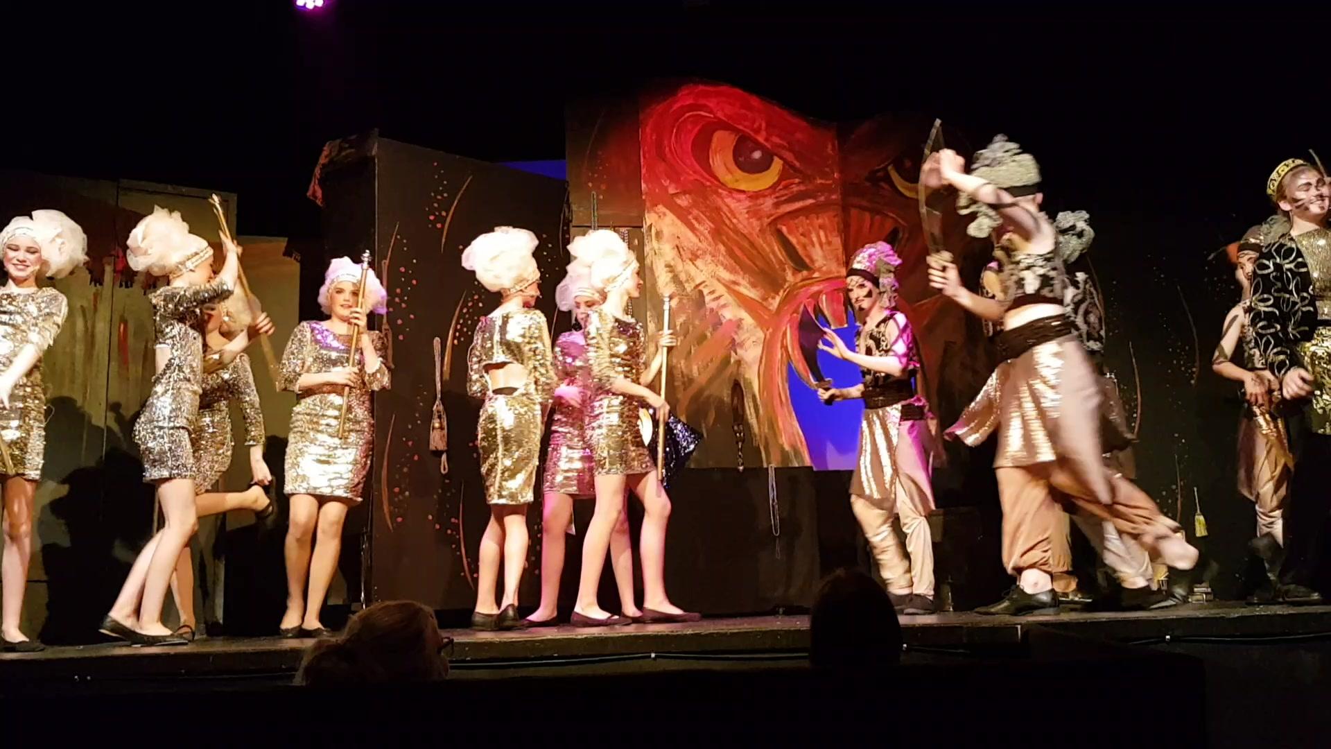Showbusiness av ypparleg klasse under framføringa av Aladdin på framtun
