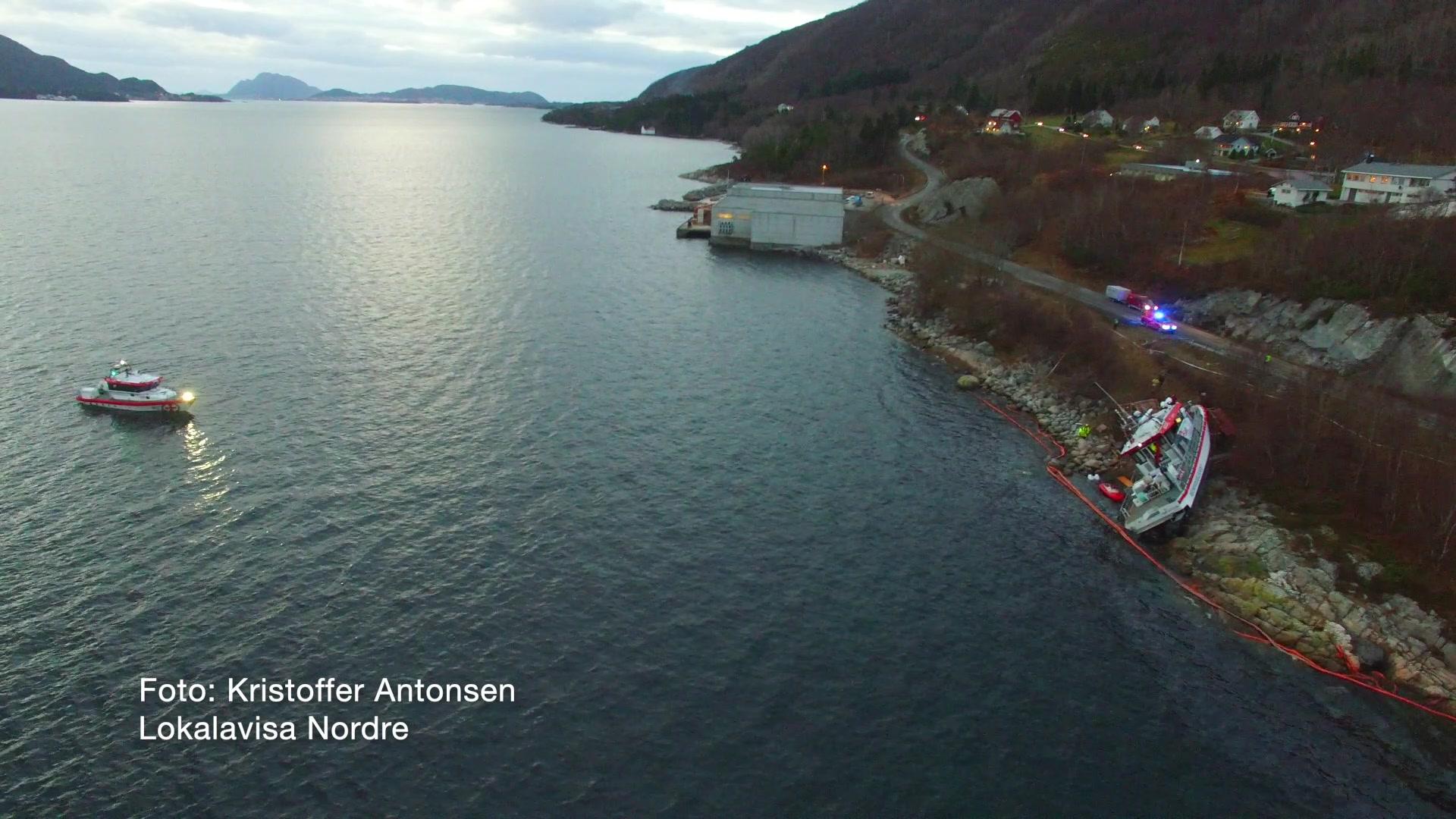 Diesel i sjøen etter at redningsskøyta Idar Ulstein gjekk på grunn.